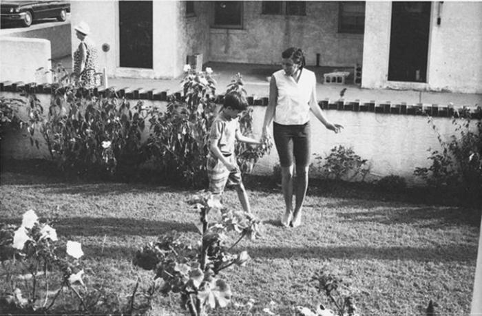 Robin Hemley  nắm tay chị gái mình - Nola, trong tấm ảnh từ thời thơ ấu của cô ấy.